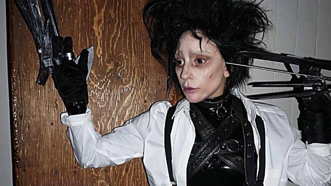 Леди Гага перевоплотилась в Эдварда Руки-ножницы